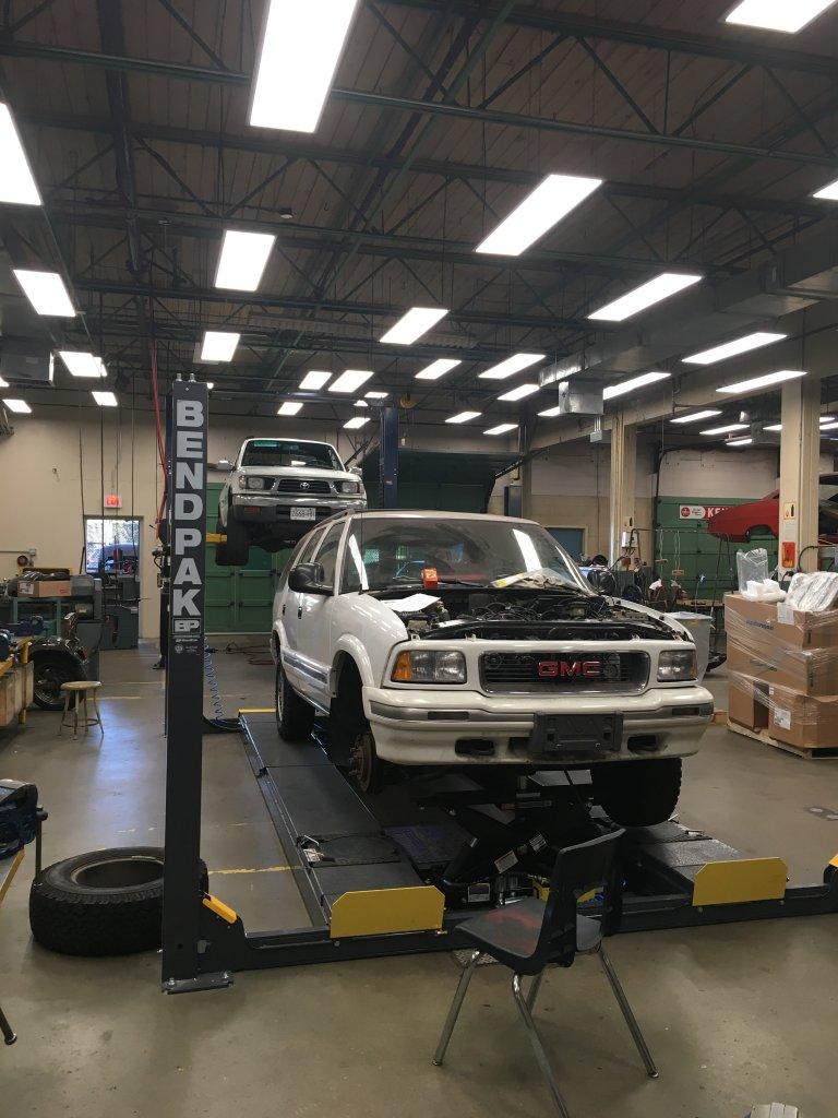 Xưởng thực hành sửa chữa ô tô.jpg