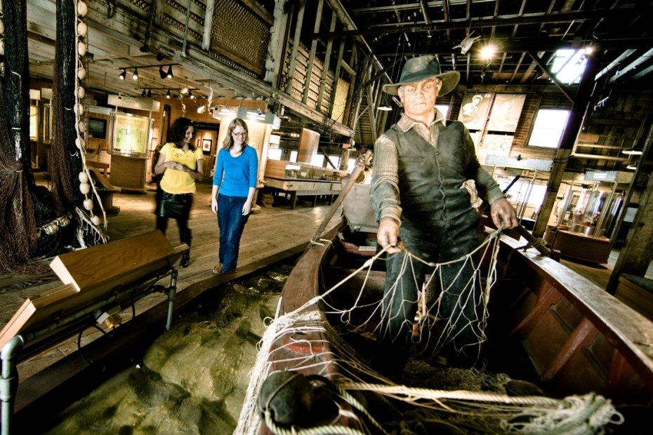 cảnh trong bảo tàng nhà máy đóng hộp cá.jpg