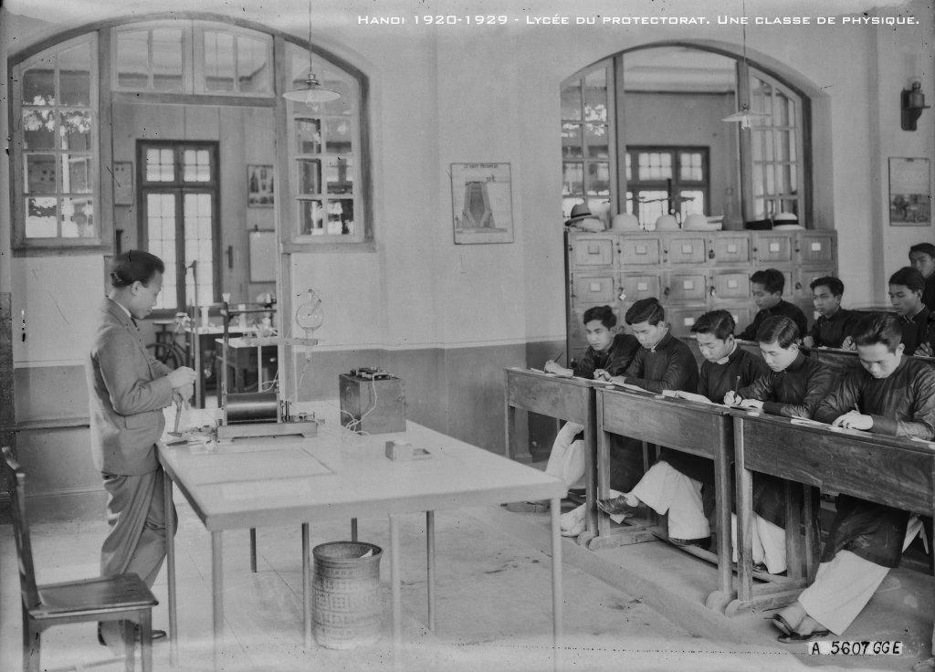 hanoi-1920-1929---lyce-du-protectorat-une-classe-de-physique_33460554708_o.jpg
