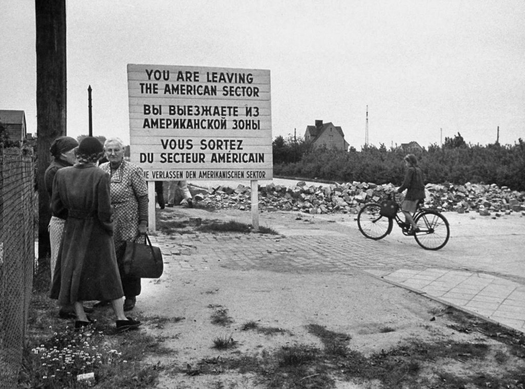 Berlin Wall 1961 (2_90_2).jpg