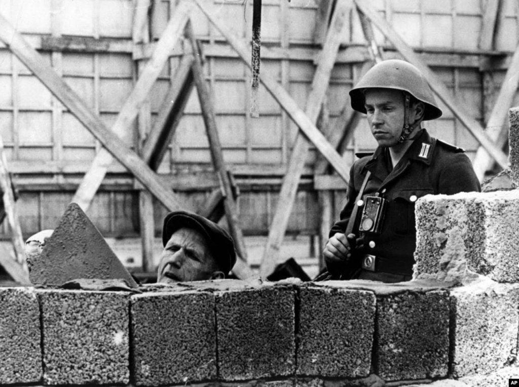 Berlin Wall 1961 (2_137_5).jpg