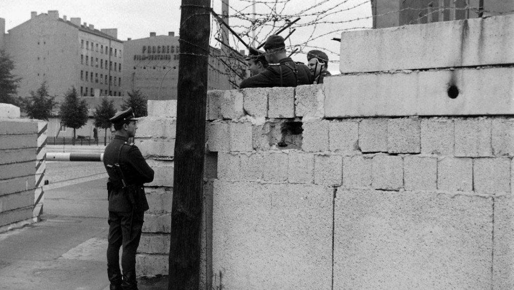 Berlin Wall 1961 (2_137_9).jpg
