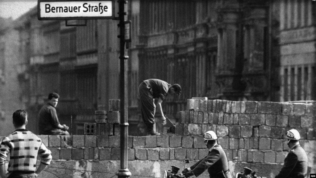 Berlin Wall 1961 (2_137_13).jpg