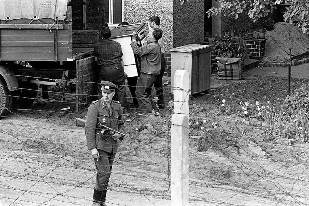 Berlin Wall 1961 (2_145a).jpg