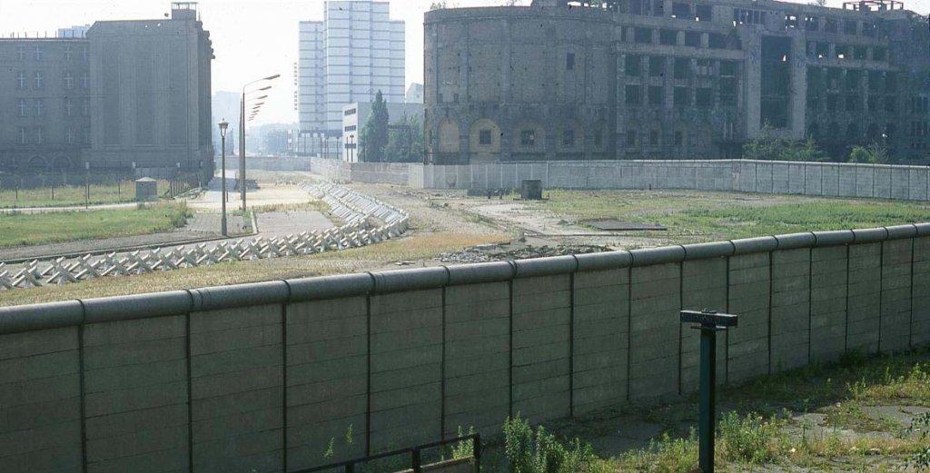 Berlin Wall 1961 (2x_106_10).jpg